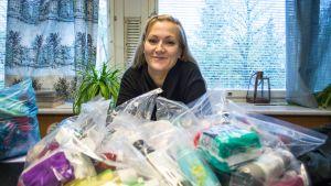 Saija Haikarainen Asunnottomien yön 2019 hygieniapakettien kanssa.