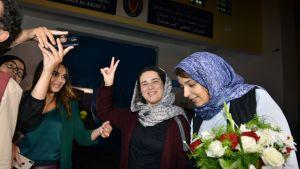 Hajar Raissouni näytti voitonmerkkiä vapauduttuaan vankilasta keskiviikkona.
