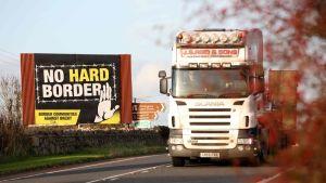 Rekka ajoi brexitinvastaisen kyltin vierestä Pohjois-Irlannin Newryssä lähellä Irlannin rajaa.