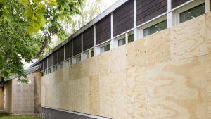 Aarnivalkean koulu on suljettuna ja verhottu vanerilevyillä umpeen ilkivallan estämiseksi.
