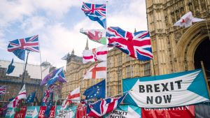Brexitin kannattajien lippuja.