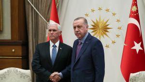 Recep Tayyip Erdogan ja Mike Pence keskustelevat Turkin sotilasoperaatiosta 17. lokakuuta Ankarassa.
