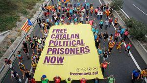 Katalonian itsenäisyyttä vaativat mielenosoittajat marssivat moottoritiellä San Vicenc dels Hortsissa.