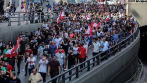 Mielenosoittajia oli liikkeellä tuhansia Beirutissa Libanonissa perjantaina.