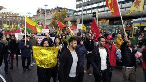 Poliisi kertoo käyttäneensä voimakeinoja Turkin toimia ja Syyrian sotaa vastustavan mielenosoituksen yhteydessä. Mielenosoittajien kulkue Rautatieaseman edessä Helsingissä lauantaina 19. lokakuuta.