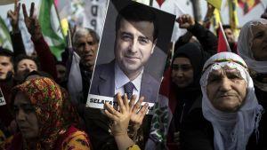 Kansan demokraattisen puolueen (HDP) kannattajat kantavat Selahattin Demirtasin kuvaa mielenosoituksessa 3. helmikuuta 2019.