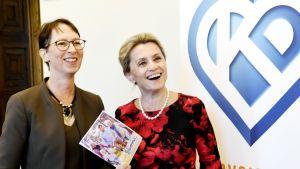 Kristillisdemokraattien puheenjohtaja Sari Essayah ja eduskuntaryhmän johtaja Päivi Räsänen vaihtoehtobudjetin julkistustilaisuudessa eduskunnassa Helsingissä keskiviikkona.