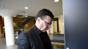 Jari Aarnio menossa poliisijohdon virkarikosjutun käsittelyyn Helsingin käräjäoikeudessa 27. maaliskuuta