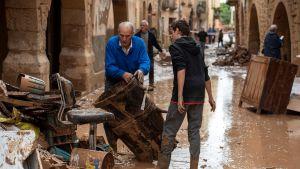 Asukkaat raivasivat tulvan jälkiä L'Albissa, Kataloniassa 23. lokakuuta.