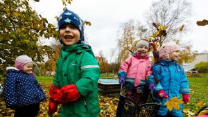 Siilit-ryhmän lapset Saskia Helena, Lennart, Andra-Grettel ja Emili leikkivät tallinnalaisen Tammetõrun päiväkodin pihalla.