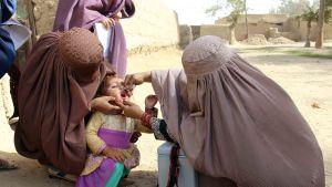 Terveysviranomaiset antoivat poliorokotetta lapselle Kandaharissa, Afganistanissa 15. lokakuuta.