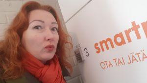 Nina Kuujärvi nappasi itsestään selfien automaattipostilaatikolla.