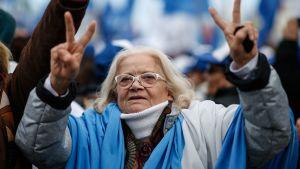 Keskusta-vasemmistolaisen Frente de Todos -puolueen ehdokkaan Alberto Fernandezin kannattajat osoittivat suosiotaan ehdokkaalleen kampanjan päätöstilaisuudessa Mar Del Platassa torstaina. Kuvassa vanha rouva näyttää voitonmerkkejä kaksin käsin.