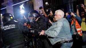 Poliisi pidättää mielenosoittajia.