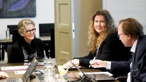 Valtakunnansovittelija Vuokko Piekkala (vas), Posti- ja logistiikka-alan unioni PAU:n puheenjohtaja Heidi Nieminen ja liittosihteeri Esko Hietaniemi Postin työehtosopimusneuvottelujen osapuolten tapaamisessa valtakunnansovittelijan toimistossa Helsingissä 31. lokakuuta.