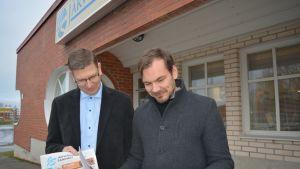 Myyntipäällikkö Ari Ahvenlampi ja päätoimittaja Juho Kuorikoski ovat tehneet suunnitelmat, miten Järviseudun sanomat saadaan asiakkaalle, jos postityöntekijöiden lakko toteutuu.