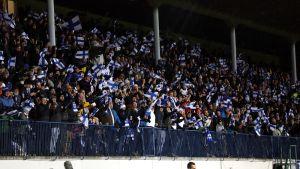 Suomen jalkapallomaajoukkueen kannattajia Turussa Armenia-ottelussa lokakuun puolivälissä.