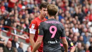 Barnsleyn Aapo Halme (punainen paita) kuvassa.