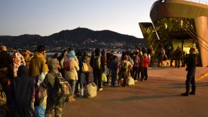 Siirtolaiset Morian leiriltä jonottavat pääsyä Kreikan laivaston alukseen Lesboksen saarella lauantaina.
