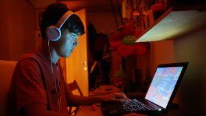 nuori mies pelaa Fortnitea