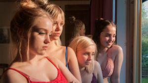Tyttöbileet-elokuvassa Sissi (Elsa Marjanen), Nana (Alisa Röyttä), Eveliina (Anna Kare) ja Ellen (Yasmin Najjar) riisuvat paidat bileissään, mutta saavat yleisöä.