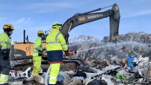 Revonlahden VPK jälkisammuttaa Ruskon jätepaloa Oulussa.