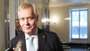 Pääministeri Antti Rinne matkalla SDP:n eduskuntaryhmän kokoukseen eduskunnassa.