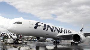 Finnairin Airbus A350-900 -lentokoneita Helsinki-Vantaan lentokentällä Vantaalla.