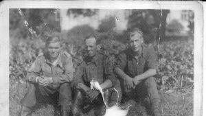 Справа - советский военнопленный Иван Анашкин на хозяйственных работах в Финляндии.