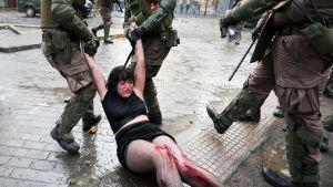 Poliisit pidättivät mielenosoittajia Plaza Italianalla, Santiagossa Chilessä 4. marraskuuta.