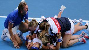 Ranskan Caroline Garcia ja Kristina Mladenovic juhlivat Ranskan voittoa nelinpelissä Australian Ash Bartya ja Sam Stosuria vastaan.