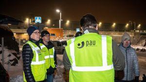 Lakkovahteja Kuopion Postin logistiikkakeskuksen edustalla lakon alettua.