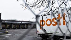 Postin kuorma-auto Ilmalan lajittelukeskuksessa Helsingissä maanantaina 11. marraskuuta 2019.