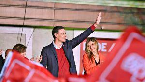 Pedro Sánchez vilkuttaa kannattajilleen.