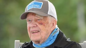 Jimmy Carter kaatui ja teloi päänsä lokakuun alussa, mutta oli jo seuraavana päivänä hyväntekeväisyystapahtumassa nikkaroimassa.