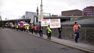 PAU:n koollekutsumat mielenosoittajat kokoontuivat Helsingin Ilmalan asemalle. Sieltä he lähtivät kävelemään kohti Postin pääkonttoria.