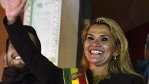 Bolivian presidentiksi julistautunut Jeanine Anez vilkutteli yleisölle Palacio Quemadon, Bolivian presidentin linnan parvekkeelta julistautumisen jälkeen.