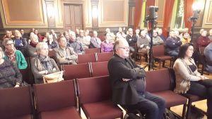 Hämeenlinnan Raatihuoneella yleisöä