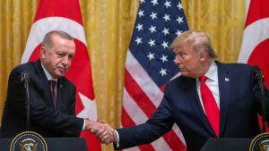 Turkin presidentti Recep Tayyip Erdoğan ja Yhdysvaltain presidentti Donald Trump lehdistötilaisuudessa tapaamisensa jälkeen 13. marraskuuta.