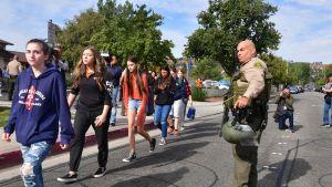 Saugus High Schoolin oppilaita koulun ulkopuolella.