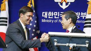 Mark Esper Etelä-Korean  puolustusministeri Jeong Kyeong-doo.