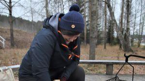 Jenna Kankaanpää vuolee puusta kiehisiä.