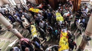 Israelin ilmaiskussa kuolleen Rasmi Abu Malhousin perheen hautajaiset Deir al-Balahissa Gazassa 14. marraskuuta.