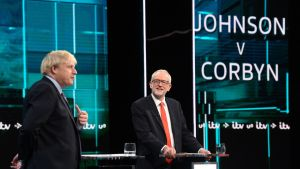 Boris Johnson (vas.) ja Jeremy Corbyn kohtasivat ensimmäisessä vaaliväittelyssä tiistaina.
