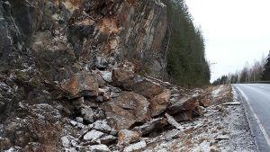 Kallioleikkauksen sortumien vuoksi valtatie 9:lle Mehtiöjärven kohdalle asetetaan alennettu nopeusrajoitus.