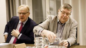 Postin työkiistan ratkaisemista tukemaan pyydetyt selvityshenkilöt, SAK:n entinen puheenjohtaja ja ex-ministeri Lauri Ihalainen (vas) sekä eläköitynyt EK:n työmarkkinajohtaja Lasse Laatunen aloittivat kokoustaan valtakunnansovittelijan toimistolla perjantaiaamuna 22. marraskuuta.