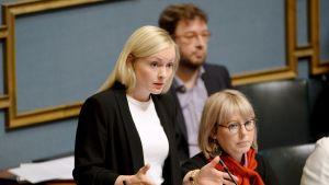 Sisäministeri Maria Ohisalo ja sosiaali- ja terveysministeri eduskunnan suullisella kyselytunnilla Helsingissä 14. marraskuuta.