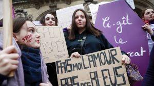 Naisten oikeuksien puolustajat pitelevät bannereita Pariisissa.
