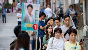 Asukkaat jonottivat äänestyspaikalle Hongkongissa sunnuntaina.