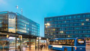 Busseja ja matkustajia Elielinaukiolla Helsingissä.